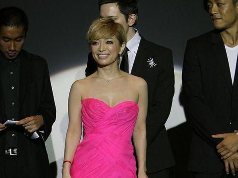 """滨崎步穿成""""荧光棒"""",裙子颜色又亮又艳,和她的肤色咋看咋不搭"""
