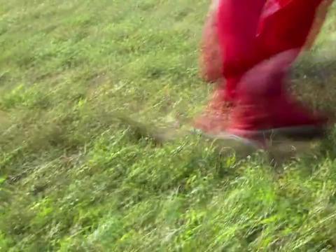 格格阿哥队比拼蹴鞠,却不小心把球踢歪了,直冲着太后飞去