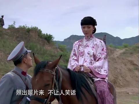 五奶奶借着骑马拍照缘由,让旅长放下戒心,哪料下秒拉着缰绳就跑