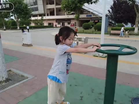 体育中心亲子游玩,带娃玩无人机的好地方