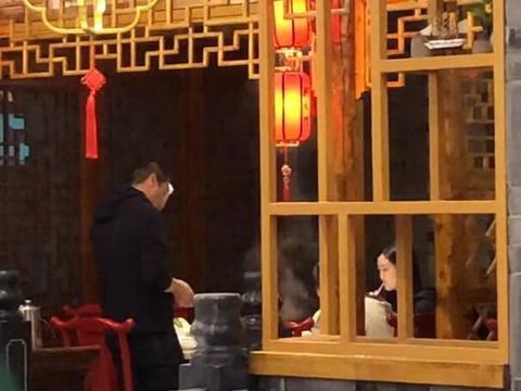 李亚鹏带家人吃火锅,女友闷头吃饭,李嫣喝饮料和海哈金喜零交流