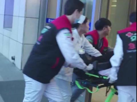 影视:家长看到老师躺没人抢救,医生抢救肇事者,顿时大怒