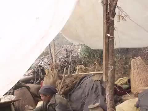 尼泊尔山区穷人家的房子倒了,住薄膜棚子,真是雪上加霜让人泪崩