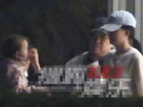 董子健携妻女外出吃火锅,陪孙怡逛书店,三岁女儿打扮粉嫩可爱