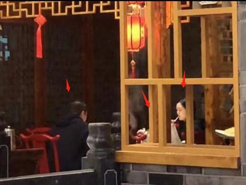 李亚鹏又带女友见李嫣,三人聚餐气氛尴尬零交流,座位排序有讲究
