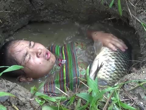 农妇在河里解暑,一条大鱼送上门来,简直是意外的惊喜