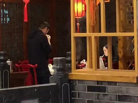 李嫣端午节吃火锅,后妈海哈金喜陪伴在身边,李亚鹏吃得满头大汗