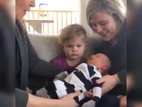 小女孩第一次见到刚出生的弟弟,情绪全写在脸上