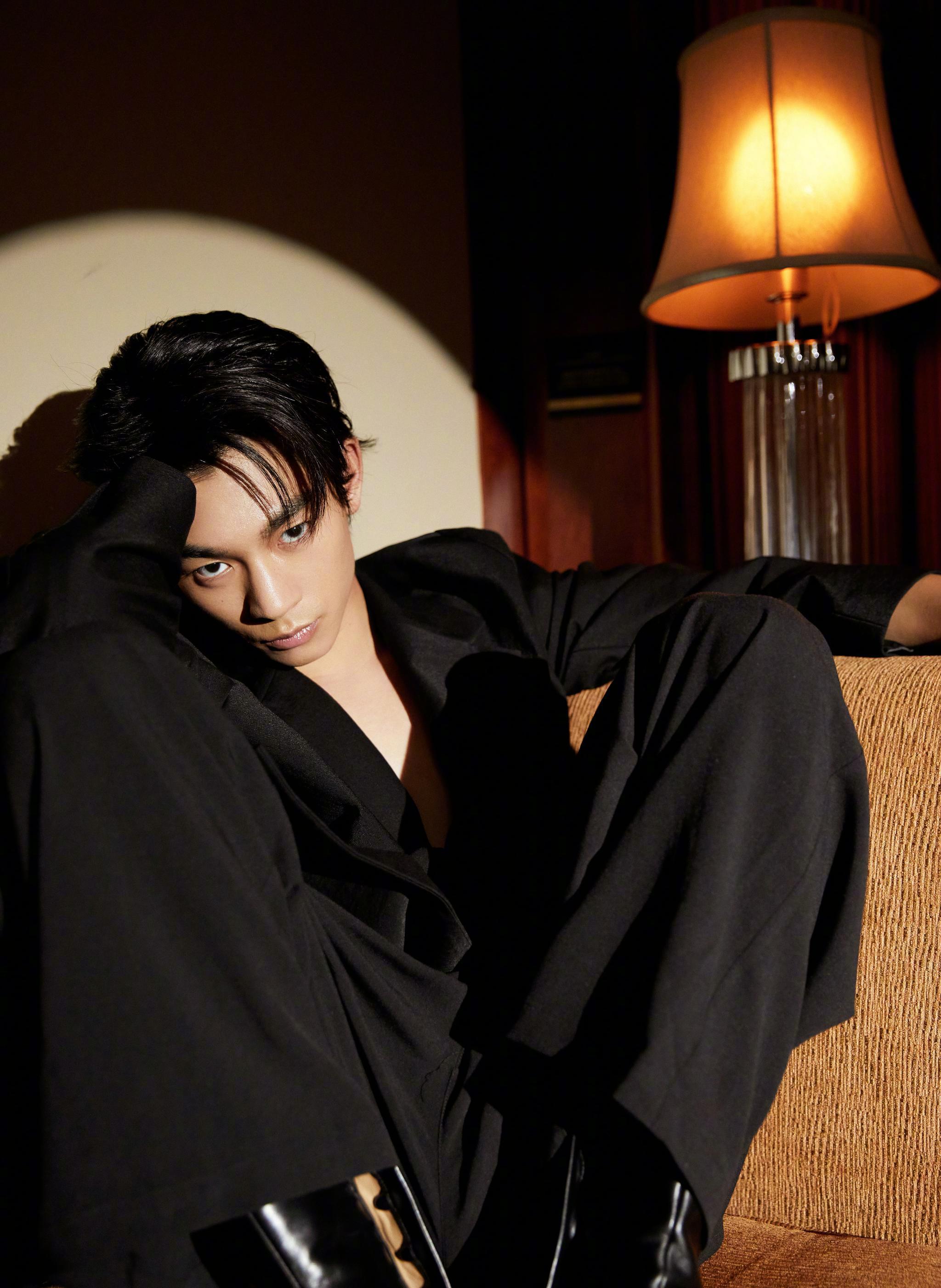 今日 首映礼,@張宥浩 绑带式黑色西装别致有型……