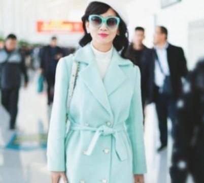 赵雅芝穿马卡龙色大衣,瞬间年轻30岁,完全看不出是奶奶辈的人