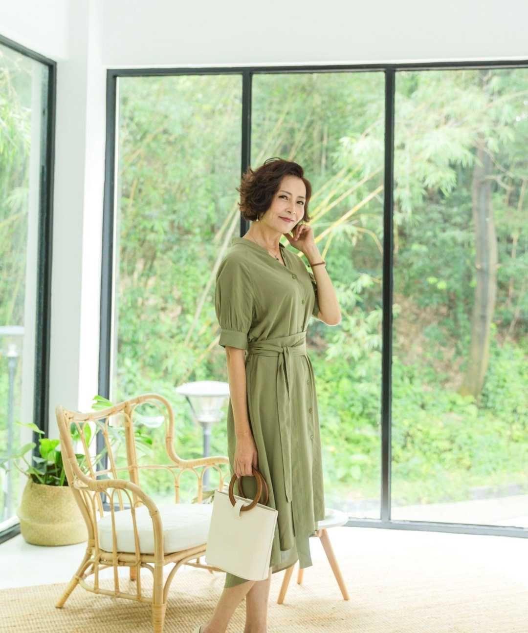 60岁的女人,别再穿印花裙了,教你优雅搭配技巧,时髦又洋气
