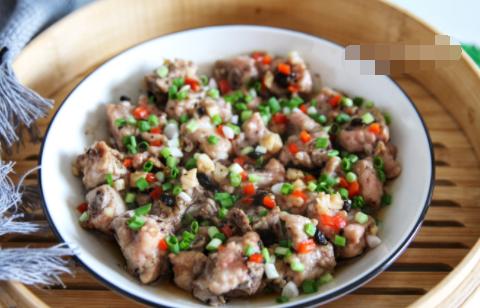 排骨与这种调料是绝配,蒸15分钟就能吃,鲜香又嫩滑,广东人最爱