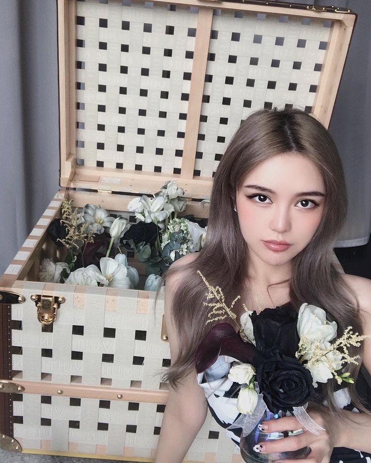 周扬青端午节收到奢侈礼物,手拿黑色玫瑰花,疑似讽刺罗志祥
