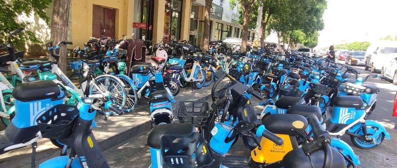 """临河街头共享单车""""强行拦路"""",人行道成了停车场?"""