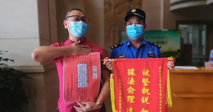东莞樟木头城管高效处理户外广告牌隐患,群众点赞送锦旗