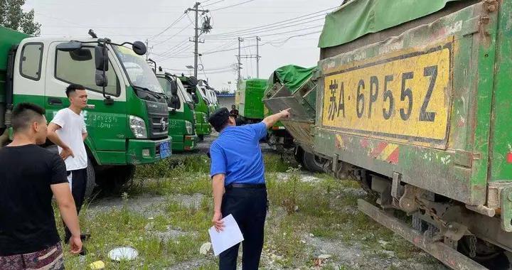 """渣土车""""逐一过堂"""",南京六合城管开展渣土运输企业审验检查"""