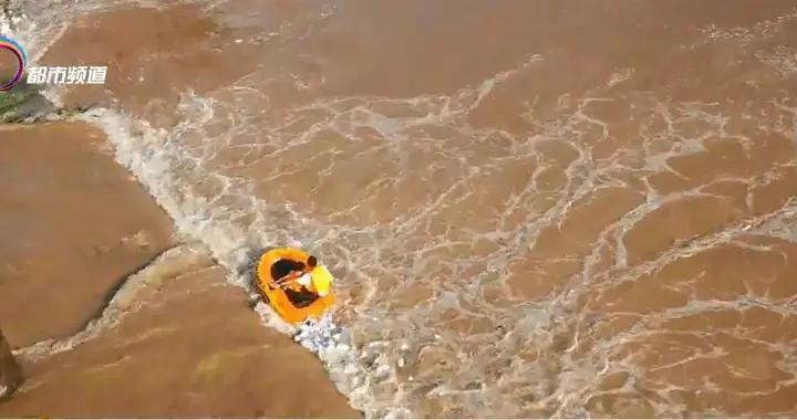 两少年南盘江玩皮划艇遇险 消防紧急营救
