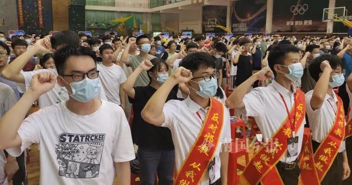 柳州反邪教宣传教育进校园,问答奖品是:反邪螺蛳粉