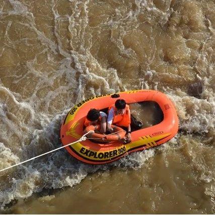 两少年南盘江玩皮划艇突遇险 宜良消防紧急救援