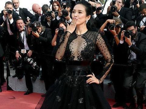 """章子怡穿黑色也撩人,""""透着肉""""的裙装穿着大气,女人味真挺足"""