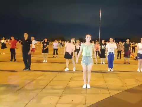 火爆网红歌曲《暗里着迷》广场舞,声音好听,舞步流畅
