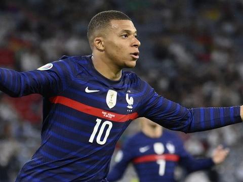 两个进球越位,法国队不怪博格巴传球慢了,而是姆巴佩战术意识差