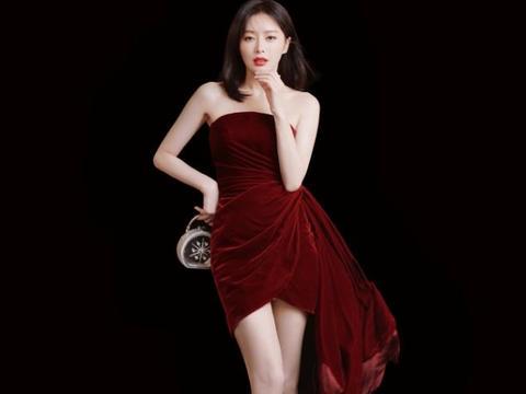 """大S皮肤保养太好,烫""""大妈卷""""看着也不老气,一袭红裙惊艳了"""