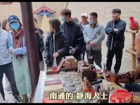 宝藏大哥坐镇嘉峪关,初中学历自学古地名给游客书写通关文牒