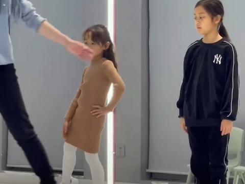 李小璐8岁女儿上形体课被偷拍!一身名牌运动装,腰背笔直像超模