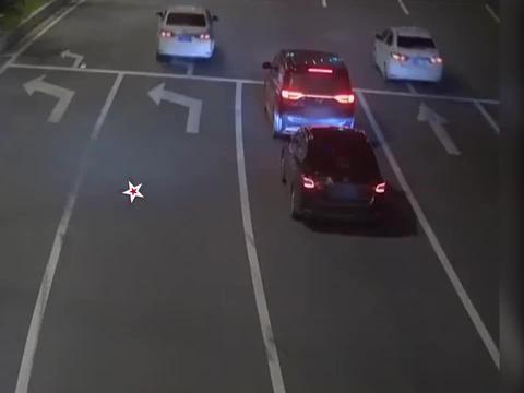 司机醉驾挡道,后车提醒被一顿吼,不料第3车坐满便衣警察:安排