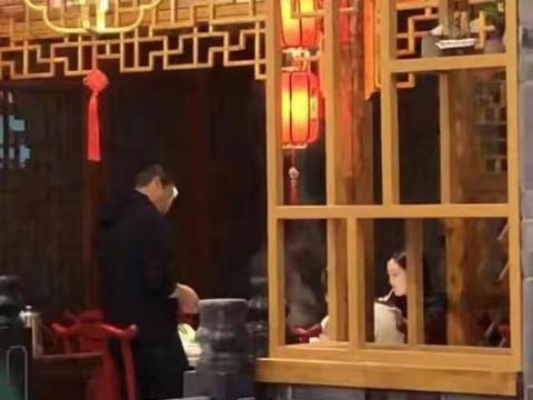 李亚鹏带女友聚餐,李嫣坐旁边低头喝饮料,气氛尴尬零交流
