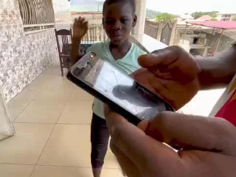 非洲二哥交往女朋友,今天送他新手机给他全力的支持