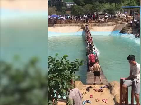 湖南一网红吊桥突然断裂致20余人落水,工作人员:已停业整顿