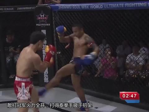 泰拳手很嚣张,倒地后再补一脚,散打冠军拳脚硬刚顶着打完胜强敌