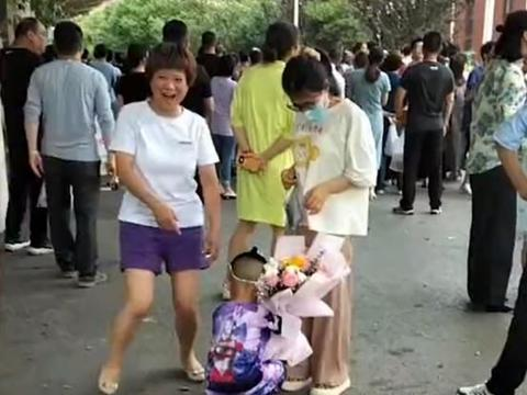 江苏一女生高考结束,弟弟单膝跪地献花,妈妈误以为摔跤一把拽起