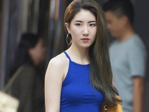 蓝色吊带背心搭配黑色短裤,时尚潮流,甜美有活力!