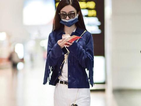 赵丽颖穿小白裤走机场,裤腿一圈毛边真精致,都当妈了还有少女心