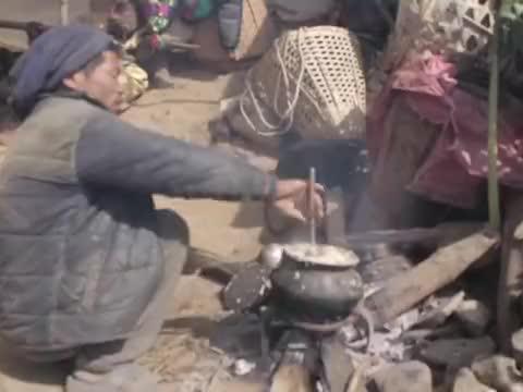 尼泊尔山区贫困户房子被风吹倒,用薄膜搭棚子住,生活还要继续