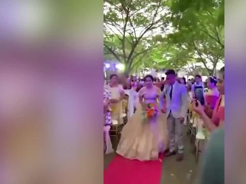 婚礼策划师藏新娘婚纱下面走红毯:担心新娘踩到裙摆
