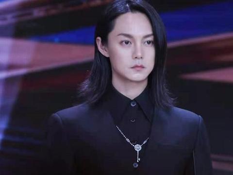 """尹正穿""""暗黑风""""西装很有型,生图却略显沧桑,发际线也挺尴尬"""