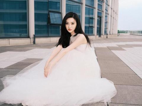 穿无袖薄纱仙女裙都没麒麟臂,真是人间富贵花