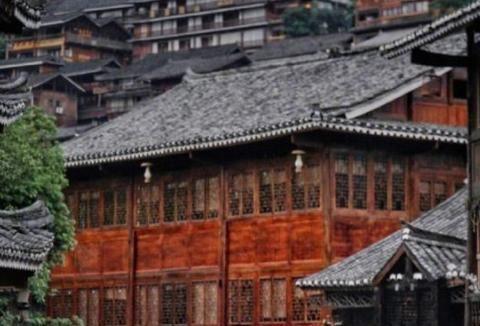 千户苗寨位于贵州西江畔,游客喜爱,领略苗族悠久的历史和发展