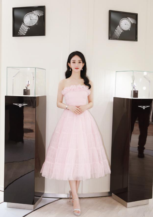 赵丽颖单身后像小姑娘,浅粉纱裙气质超甜,状态越来越好