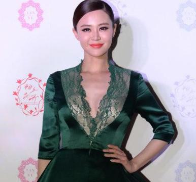 佟大为娇妻关悦真有气质,一袭绿色连衣裙成熟精致,高级又时髦