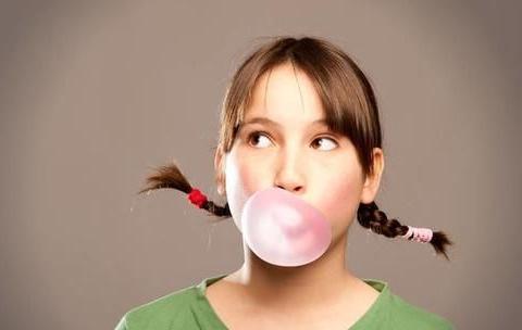 3岁女孩被查出舌癌,医生查出原因,家长别再给孩子吃这种东西了