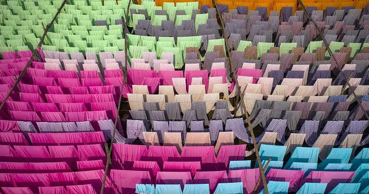 孟加拉工人晾晒彩色织布 缤纷色泽打造彩虹视觉