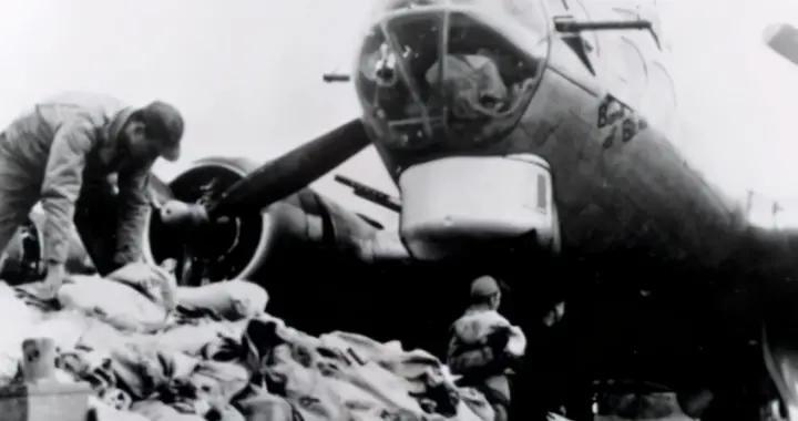 占领区闹饥荒,德军束手无策,求助盟军,战略轰炸机飞来投巧克力