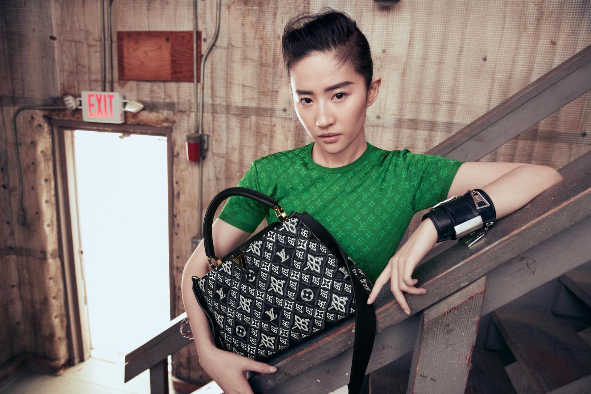 刘亦菲公主切造型亮相LV大秀,新品颜色款式浮夸