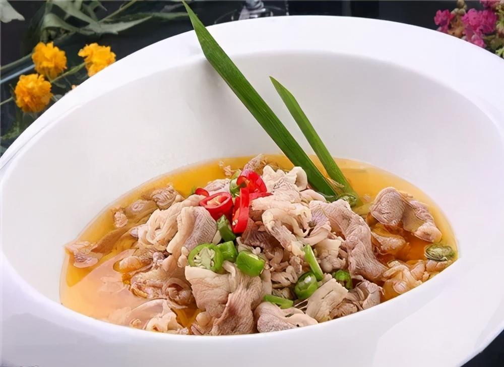 口味酸中带辣的汤料浸煮肥羊,给客人带来了与众不同的新口味!