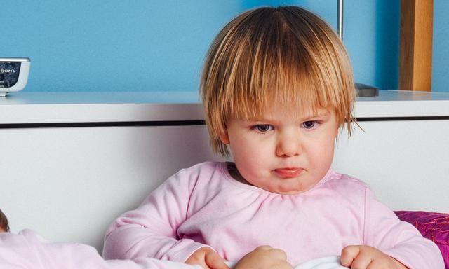 孩子突然成了黏人精,可能是情感敏感期到了,父母应多陪伴孩子